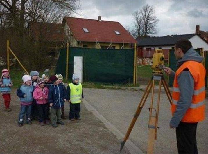 Topógrafo engañando a niños con foto